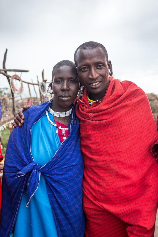 马塞人与微笑的夫妇投稿我的能采取他们的图片的关闭 免版税图库摄影