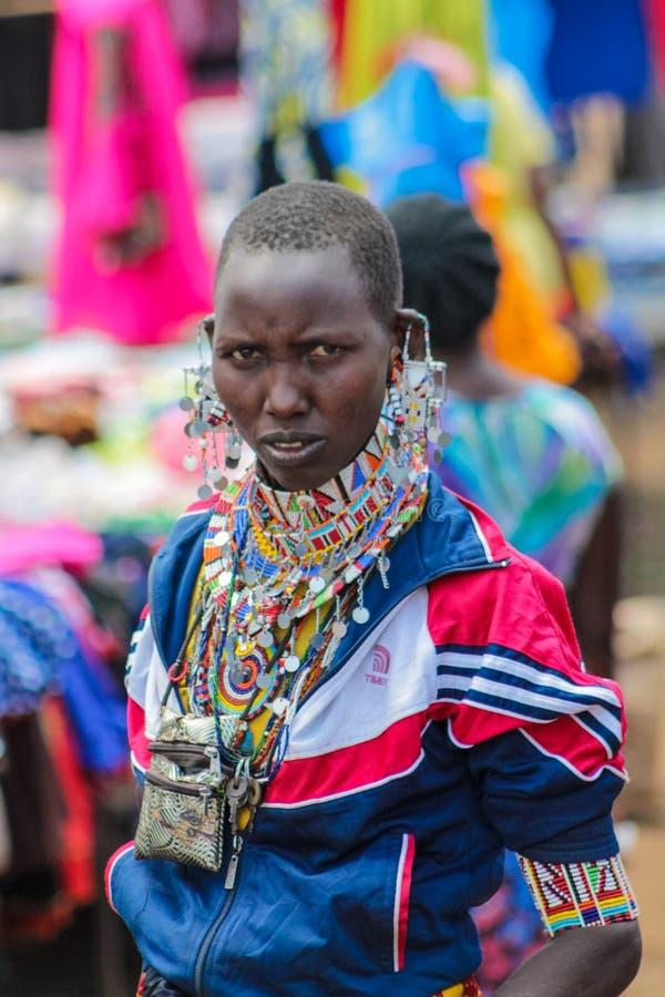 马塞人部落传统加工好的恼怒的妇女在非洲 免版税库存图片