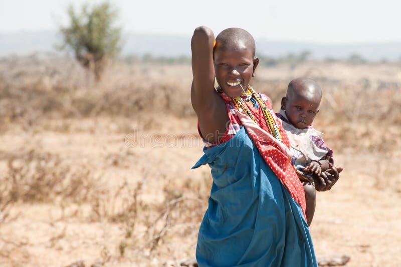 马塞人Maasai部落坦桑尼亚,非洲的妇女和婴孩 免版税库存照片