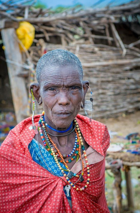马塞语玛拉,肯尼亚- 9月, 23 :9月的老马塞人妇女, 免版税库存图片