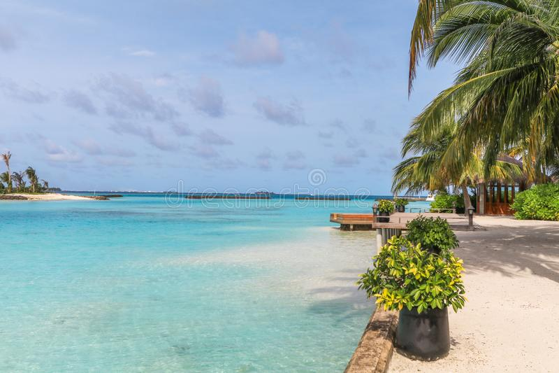 马尔代夫、美丽的绿松石水域和白色沙滩的令人惊讶的海岛有天空蔚蓝背景为假日假期 图库摄影