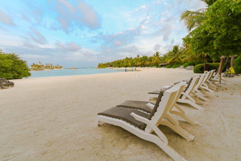 马尔代夫、美丽的绿松石水域和白色沙滩的令人惊讶的海岛有天空蔚蓝背景为假日假期 免版税库存照片