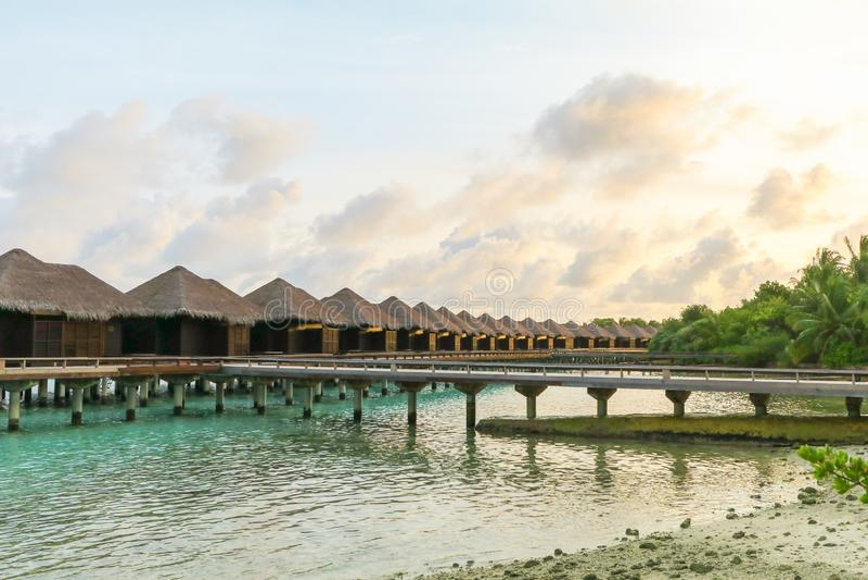 马尔代夫、美丽的绿松石水域和白色沙滩的令人惊讶的海岛有天空蔚蓝背景为假日假期 库存照片