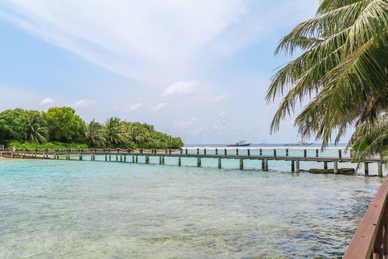 马尔代夫、美丽的绿松石水域和白色沙滩的令人惊讶的海岛有天空蔚蓝背景为假日假期 免版税图库摄影