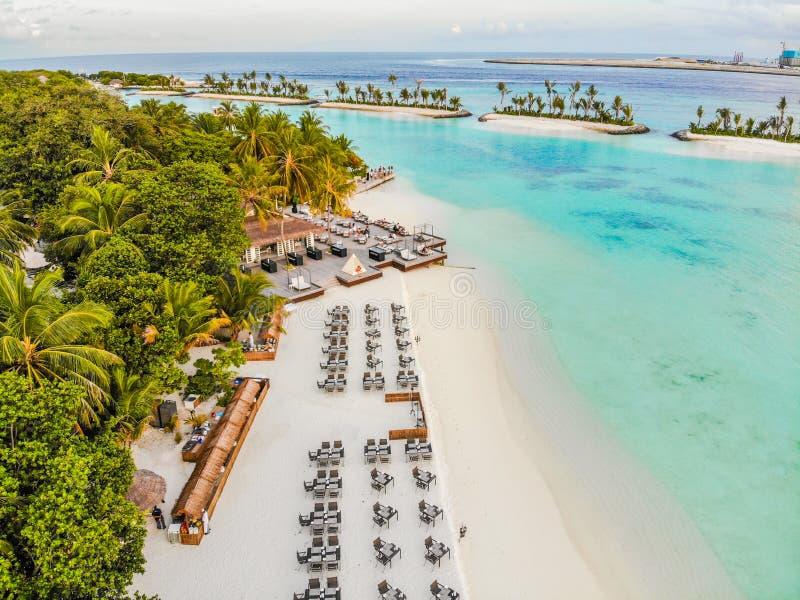 马尔代夫、美丽的绿松石水域和白色沙滩的令人惊讶的海岛有天空蔚蓝背景 图库摄影