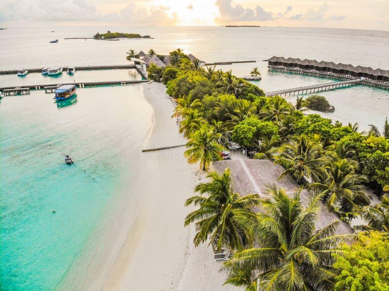 马尔代夫、美丽的绿松石水域和白色沙滩的令人惊讶的海岛 库存照片