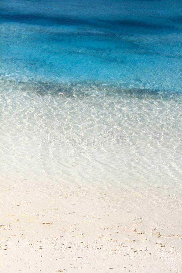 马尔代夫海岛度假村白色沙子海滩和绿松石水 库存图片