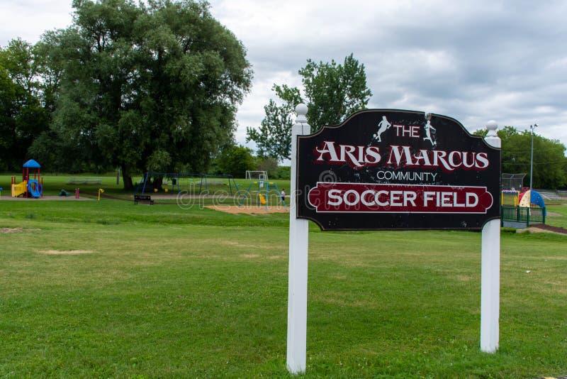 马尔库斯社区公园的足球场标志在布赖顿小镇加拿大在Pesquile湖省公园附近的 免版税库存照片