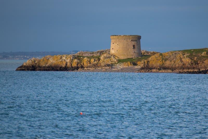 马尔泰洛回合塔海洋防御在爱尔兰 免版税库存图片
