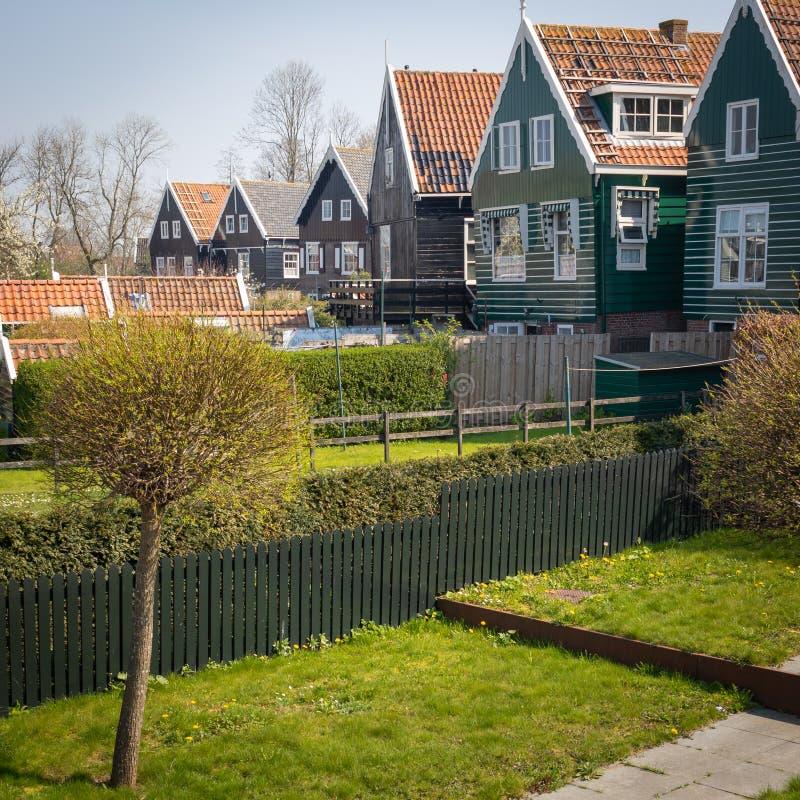 马尔肯-由运河的美丽如画的绿色木房子在荷兰海岛和村庄马尔肯 免版税库存照片