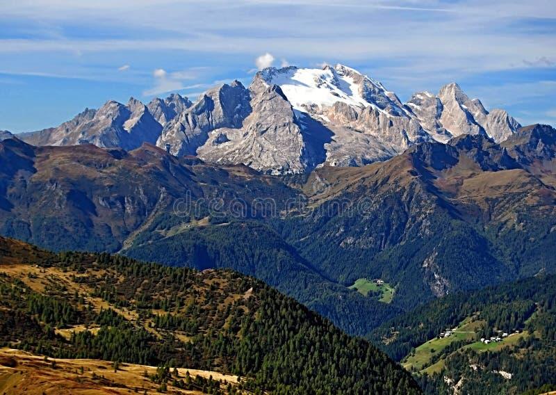 马尔莫拉达山与冰川和白云岩高山的山脉说出从Nuvolau峰顶的蓬塔Penia名字 库存图片