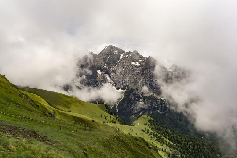 马尔莫拉达山断层块的美丽的景色在云彩之间的 白云岩 免版税库存图片