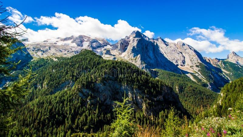 马尔莫拉达山,意大利的断层块的看法 免版税库存图片