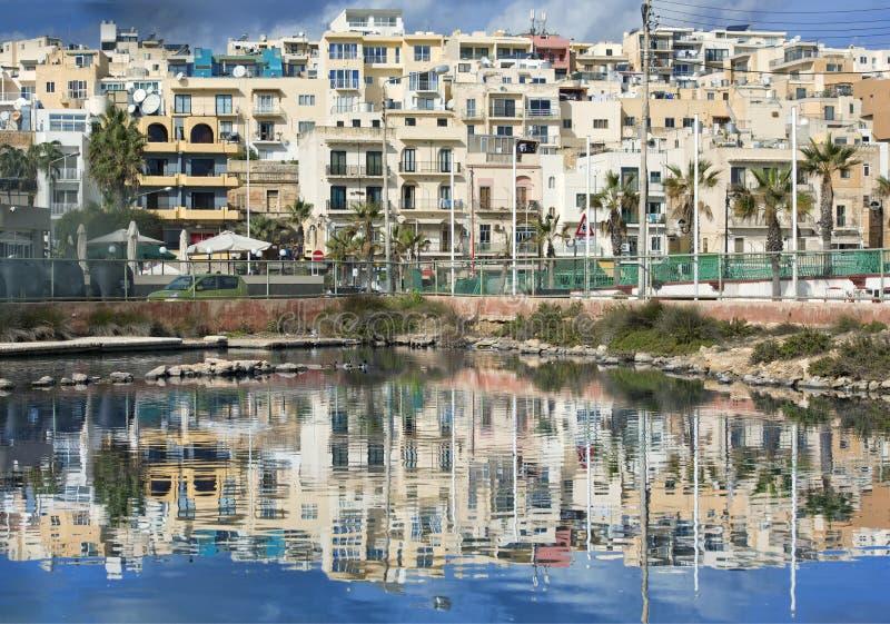 马尔萨斯卡拉,马耳他- 2016年9月2日, :马尔萨斯卡拉走的散步全景有好的反射的在水 Marsascala村庄 库存照片