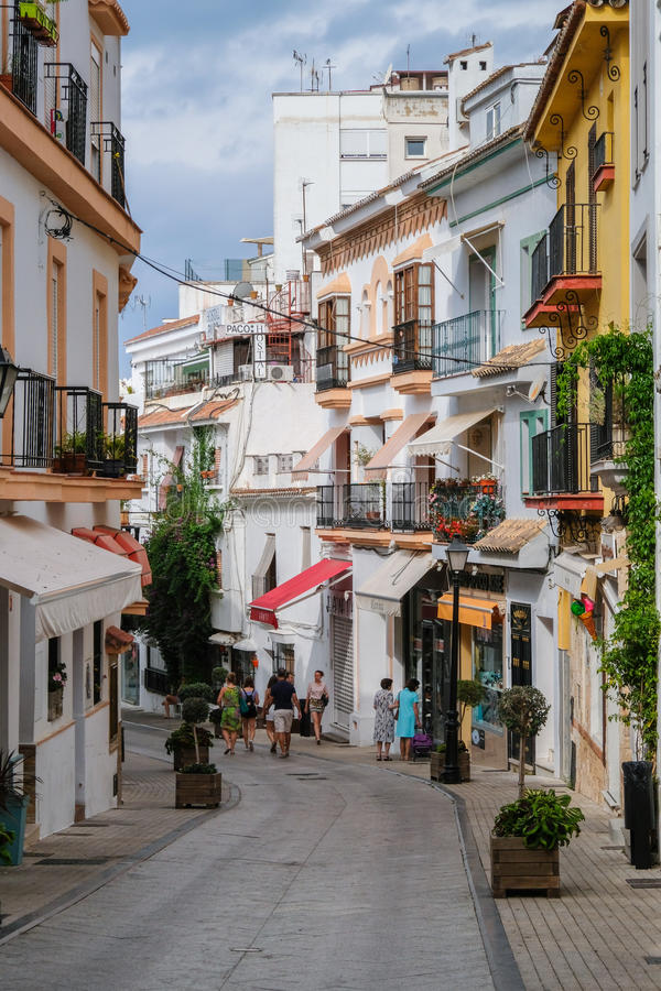 马尔韦利亚, ANDALUCIA/SPAIN - 7月6日:在马尔韦利亚Sp的街道场面 免版税库存照片