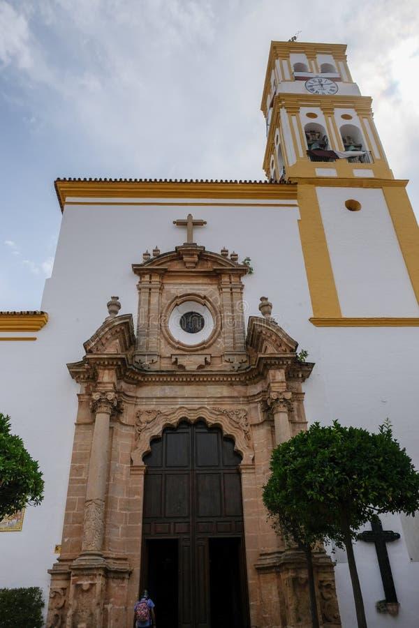 马尔韦利亚, ANDALUCIA/SPAIN - 7月6日:往教会的看法  免版税图库摄影