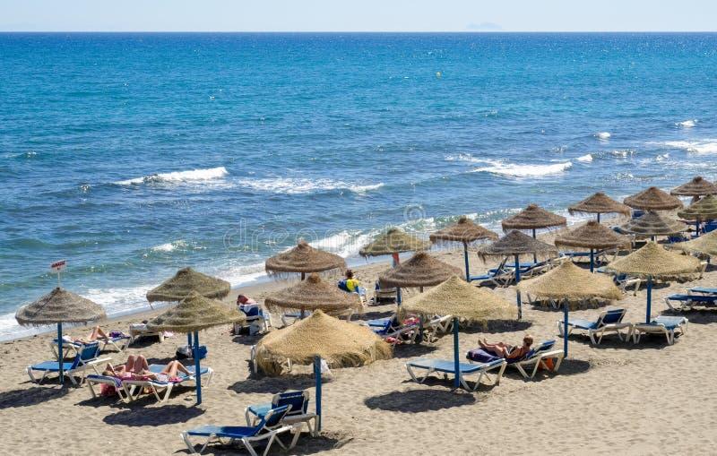 马尔韦利亚, ANDALUCIA/SPAIN - 5月4日:海滩的看法在Marbell 免版税库存照片