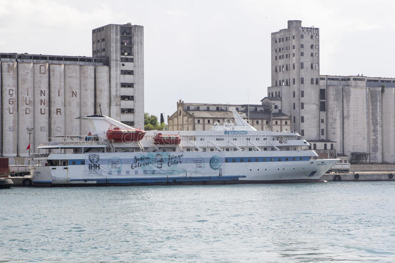 马尔马拉客船靠了码头在Haydarpasa港  库存照片