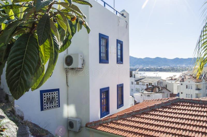 马尔马里斯港老镇照片  房子或者窗台屋顶有白色墙壁和蓝色快门的在东部东方样式overlookin的 库存图片