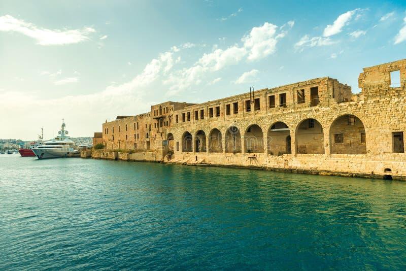 马尔他堡垒墙壁巨大看法有曲拱的在瓦莱塔 免版税库存照片