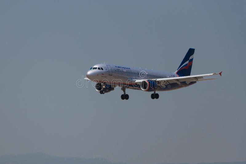 马尼塞斯,西班牙- 2016年6月16日:苏航空中客车A320着陆在马尼塞斯机场在巴伦西亚,西班牙 免版税库存照片
