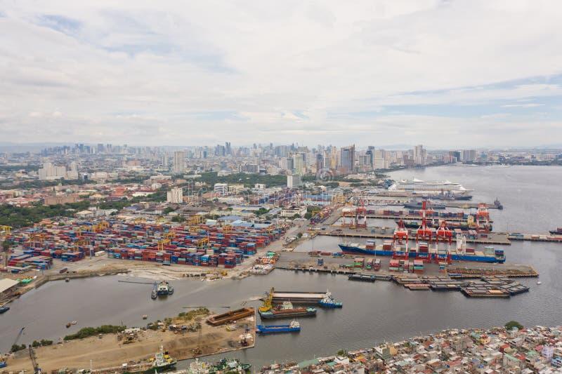 马尼拉贸易港 港口的货物起重机和集装箱 免版税库存照片