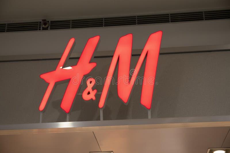 马尼拉, 2018年3月22日-嗯在商店入口的名牌在亚洲商城SM购物中心  每天时尚商店 库存图片