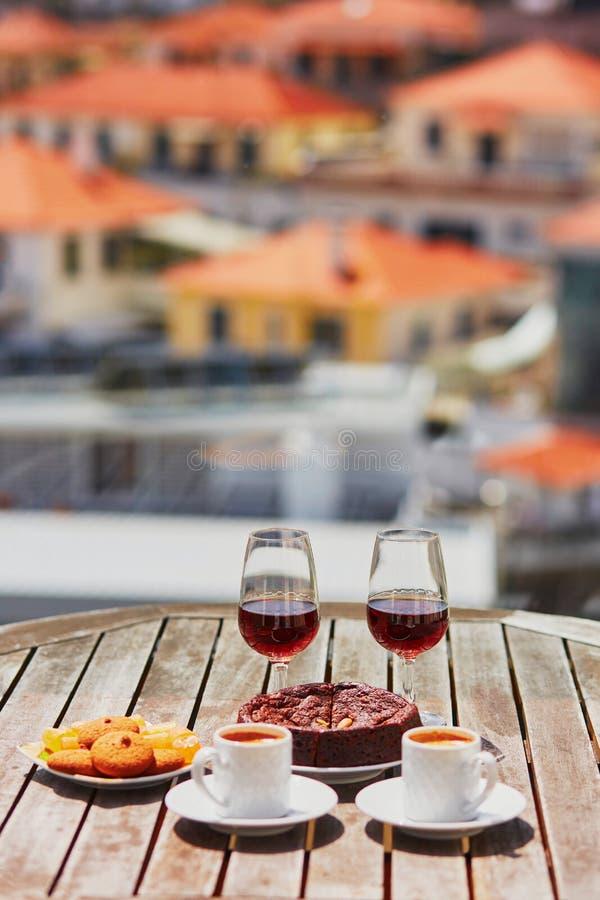 马德拉岛酒、咖啡和hohey结块,看法到丰沙尔,葡萄牙 库存照片