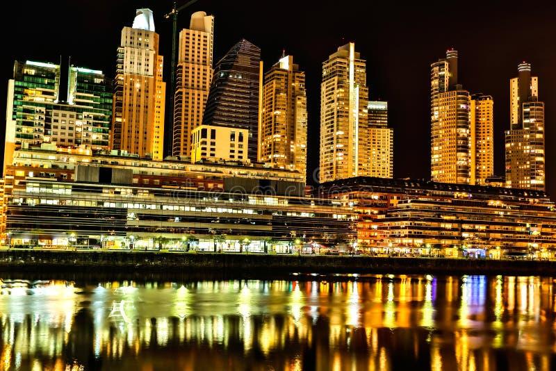 马德罗港在布宜诺斯艾利斯在晚上 免版税图库摄影
