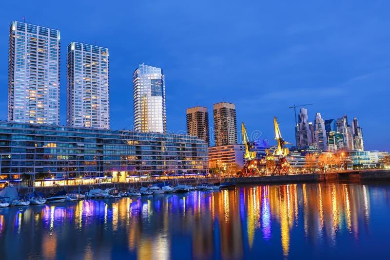 马德罗港在布宜诺斯艾利斯在晚上 免版税库存照片