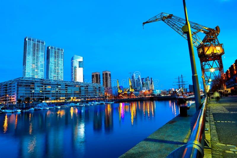 马德罗港在布宜诺斯艾利斯在晚上 库存图片