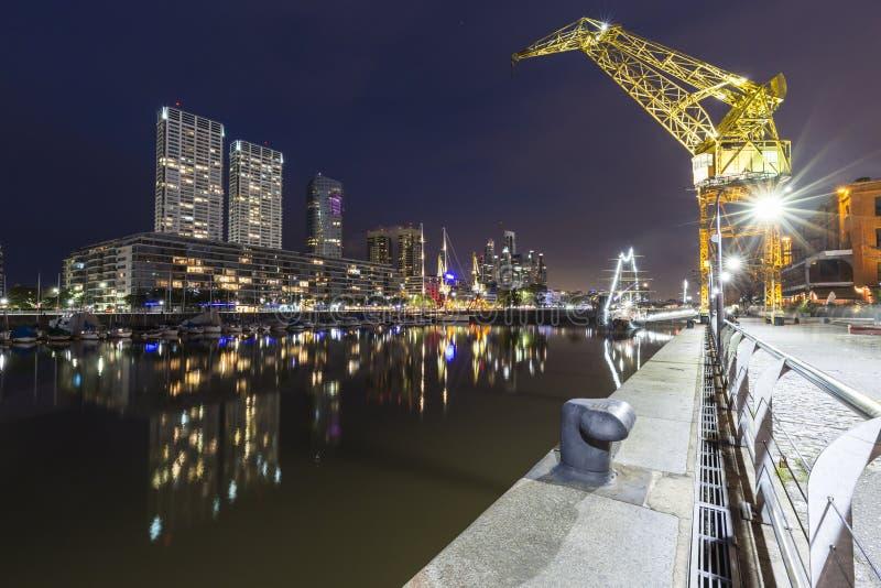 马德罗港著名邻里在布宜诺斯艾利斯,阿根廷在晚上 免版税库存图片