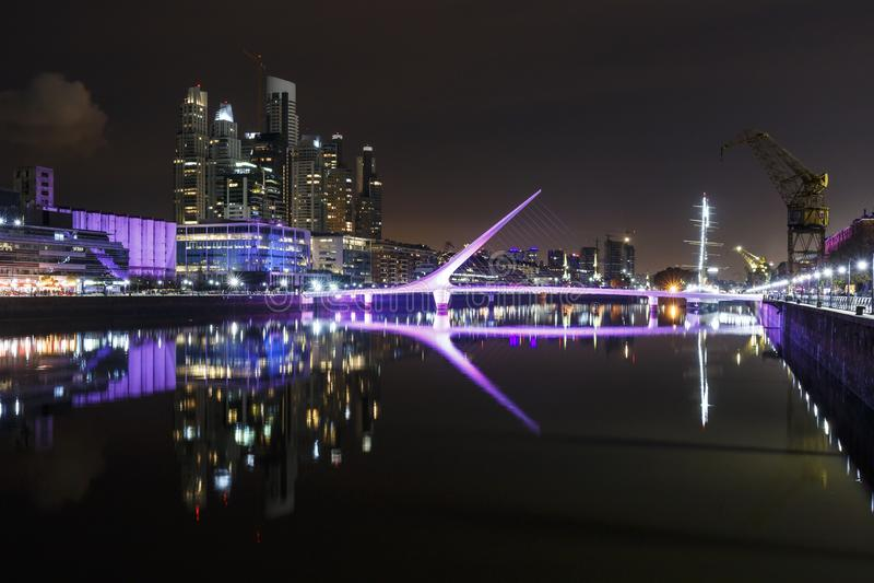 马德罗港著名邻里在布宜诺斯艾利斯,阿根廷在晚上 库存图片
