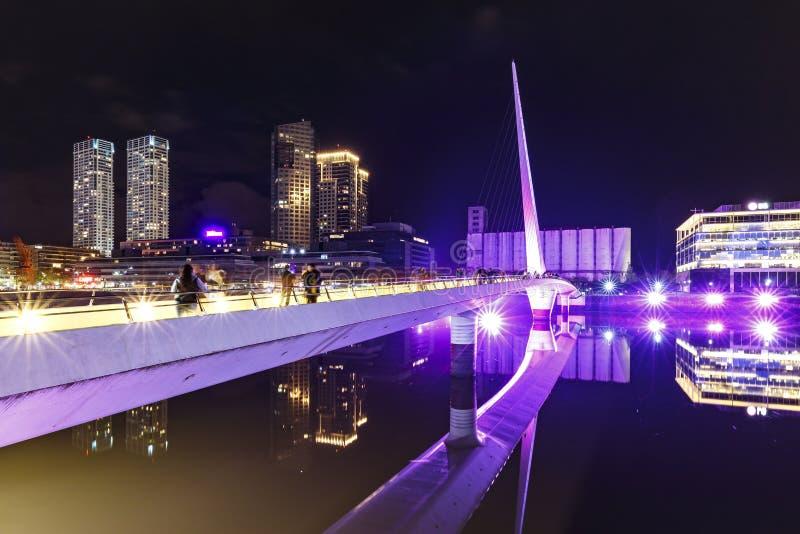 马德罗港著名邻里在布宜诺斯艾利斯,阿根廷在晚上 免版税库存照片