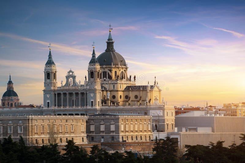 马德里地标在晚上 圣玛丽亚la Real de La Almudena Cathedral和王宫风景  美好的地平线在 免版税库存图片