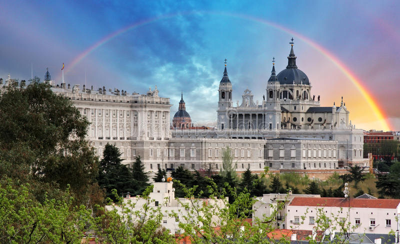 马德里,有彩虹的,西班牙Almudena大教堂 库存照片