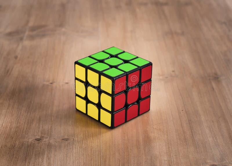 马德里,西班牙;2019年2月06日:Rubik立方体难题智力解决的玩具比赛,三边 图库摄影