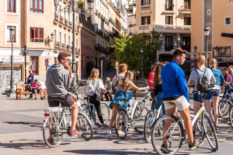 马德里,西班牙- 2017年9月26日:一个小组在城市街道上的骑自行车者 免版税库存照片