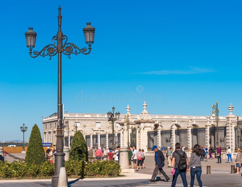 马德里,西班牙- 2017年9月26日:葡萄酒街灯的看法 复制文本的空间 免版税库存照片