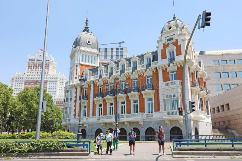 马德里,西班牙- 2019年7月2日:Calle Bailen街的,马德里,西班牙宫殿 库存照片