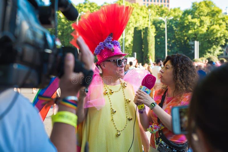 马德里,西班牙- 2019年7月07日-同性恋自豪日,Orgullo快乐人被采访 免版税库存照片