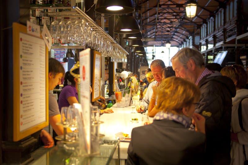 马德里,西班牙- 2014年5月28日梅尔卡多圣米格尔火山市场,著名食物市场在马德里的中心 免版税库存照片