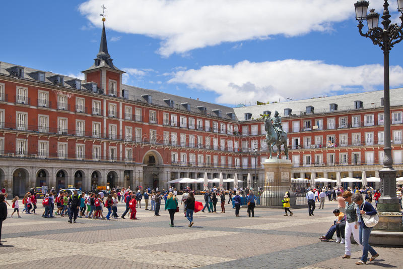 马德里,西班牙- 2014年5月28日:广场菲利普市长和雕象III在他的房子前面 免版税库存图片