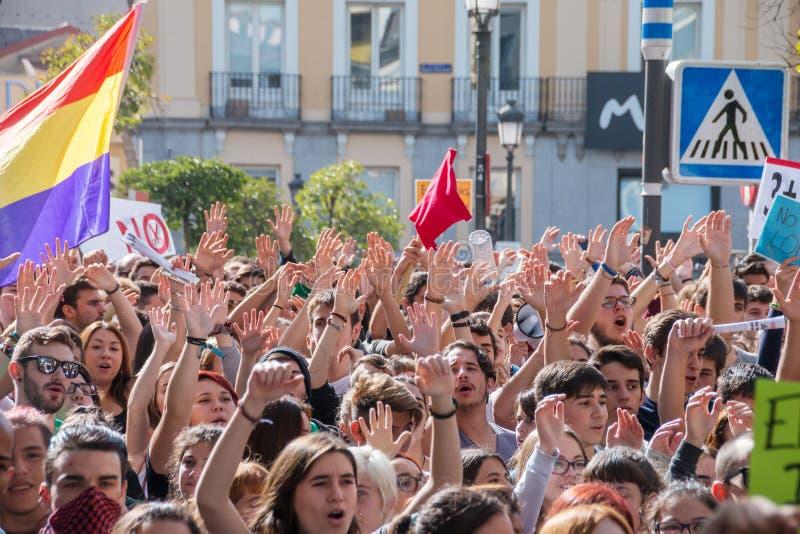 马德里,西班牙- 2016年10月26日-保留手的学生在抗议反对教育政治在马德里 免版税库存图片