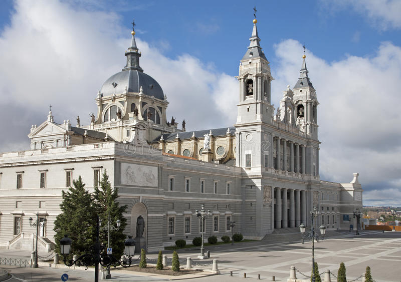 马德里-圣塔玛丽亚la Real de La Almudena大教堂 图库摄影