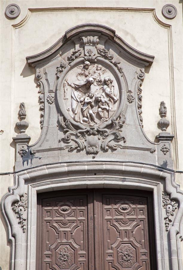 马德里-安心和巴洛克式的门户从大教堂二圣米格尔火山主要门户  库存照片