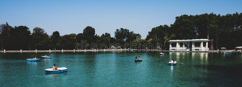 马德里2018年-小船的人们在一个湖在一个公园 免版税库存图片