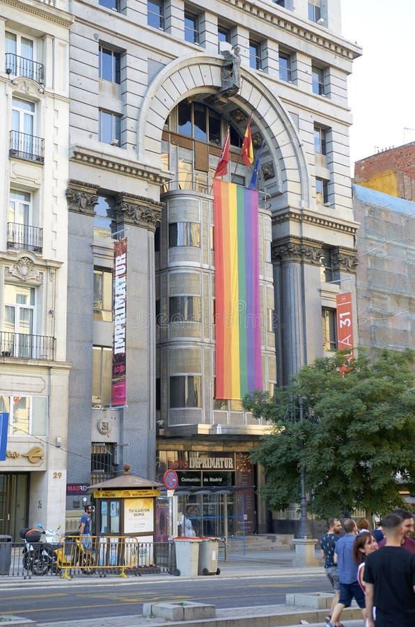 马德里- 7月07:同性恋者在2018年7月07日的同性恋自豪日游行走在马德里,西班牙 免版税库存照片