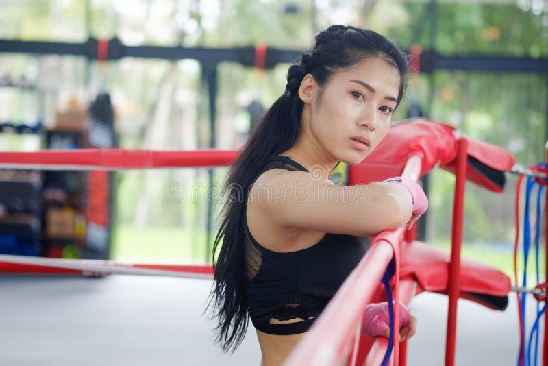 马戏团拳击健身房的画象亚裔妇女 免版税库存照片