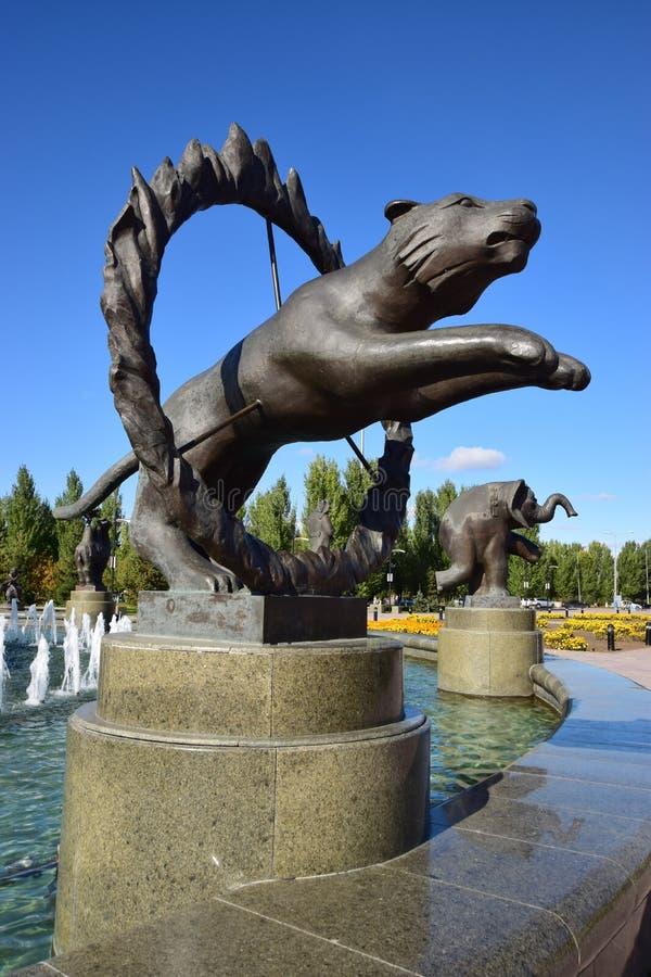 以马戏老虎为特色的雕塑 库存照片